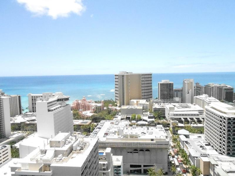 View looking straight at Sheration Hotel and ocean - Family Suite 2 BD/2BTH Panoramic Ocean Views - Honolulu - rentals