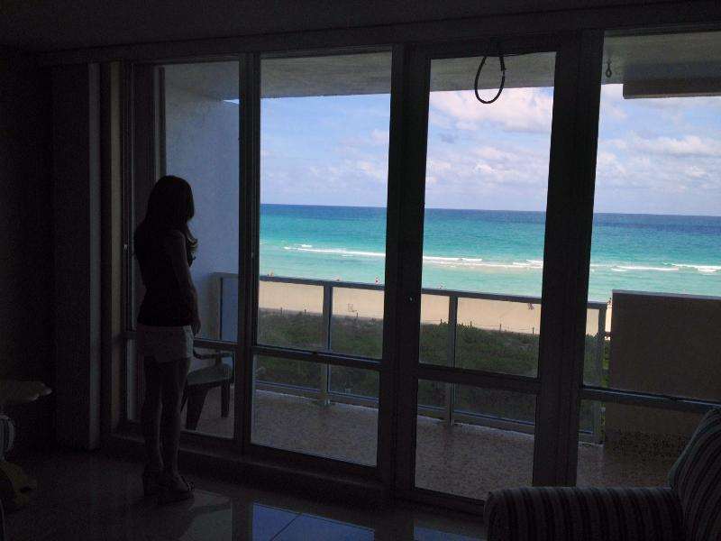 expandable table for 8 - South Beach Ocean Front Condo with Free Parking and Great Rates. Two weeks minimun stay - Miami Beach - rentals