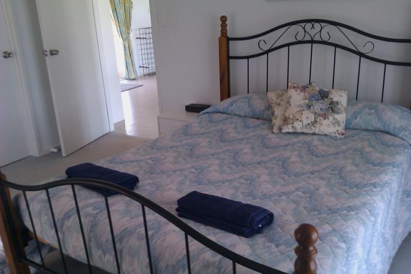 Queen bed in Master bedroom - 'Sangria' - Mannum - rentals