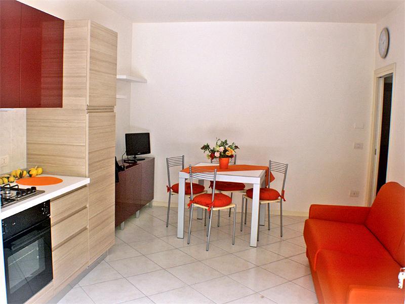 Soggiorno con cucina a vista e divano letto matrimoniale - Villetta con doppio balcone, Lido delle Nazioni - Lido delle Nazioni - rentals