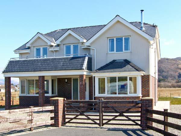 AWELFOR, beautiful sea and mountain views, dog-friendly, in Fairbourne, Ref 23860 - Image 1 - Fairbourne - rentals