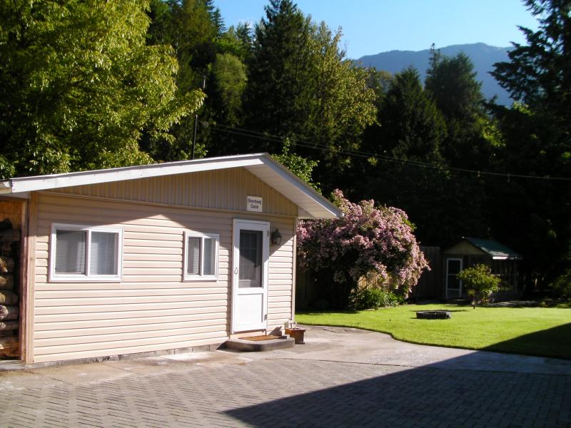 Chilliwack River cabin with mountain views by fishing, rafting, kayaking, snowshoeing, hiking - Chilliwack River cabin with mountain views for 1-4 - Chilliwack - rentals