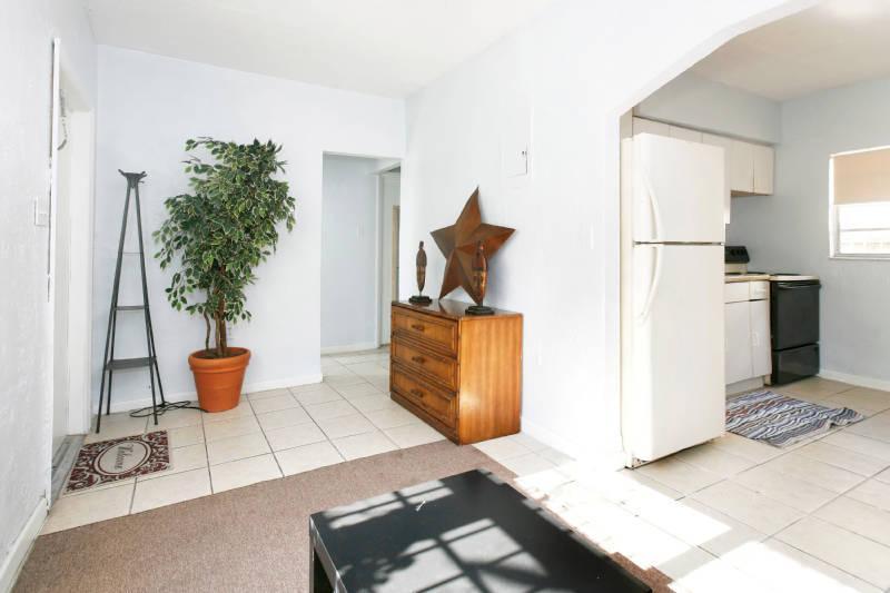 The Duck/ Le Canard Vacation Apartment - Image 1 - Hallandale - rentals