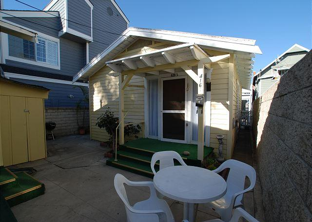 Cute Bungalow - Back Unit. Shared courtyard with BBQ, table and chairs, and washer and dryer in the shed. - Cute Beach Bunglow! Walk to Balboa Pier! (68296) - Newport Beach - rentals