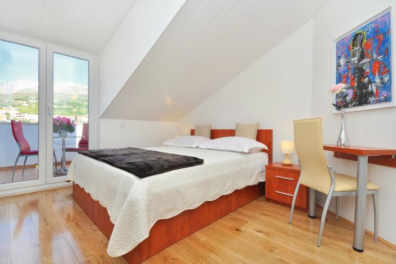 Apartments and Rooms Zlatko - 38201-S2 - Image 1 - Podstrana - rentals
