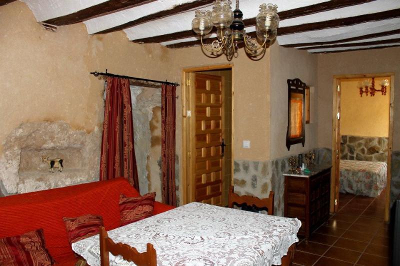 Salón con estufa de leña - Casa Rural Cueva con Jacuzzi Paraíso del Júcar - Alcala del Jucar - rentals