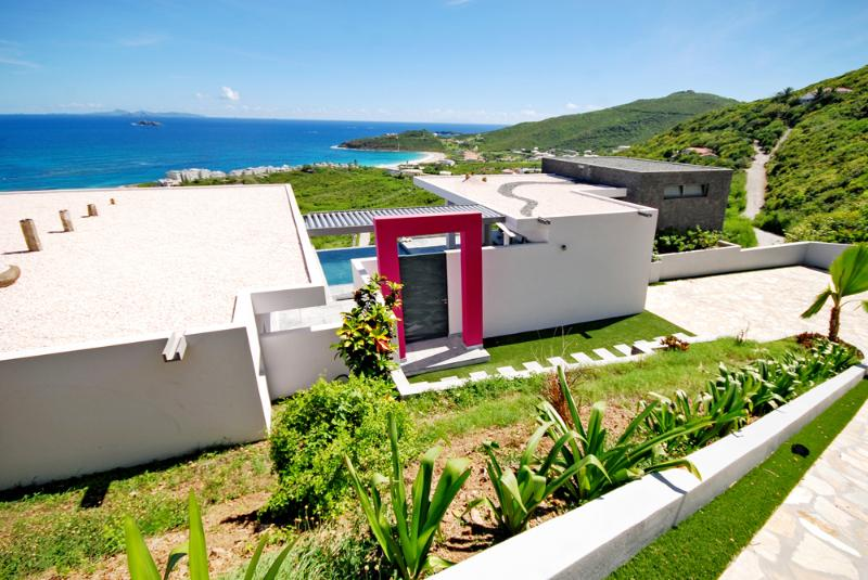 Main entrance and car parking. - Luxurious,modern beachview Villa - Philipsburg - rentals