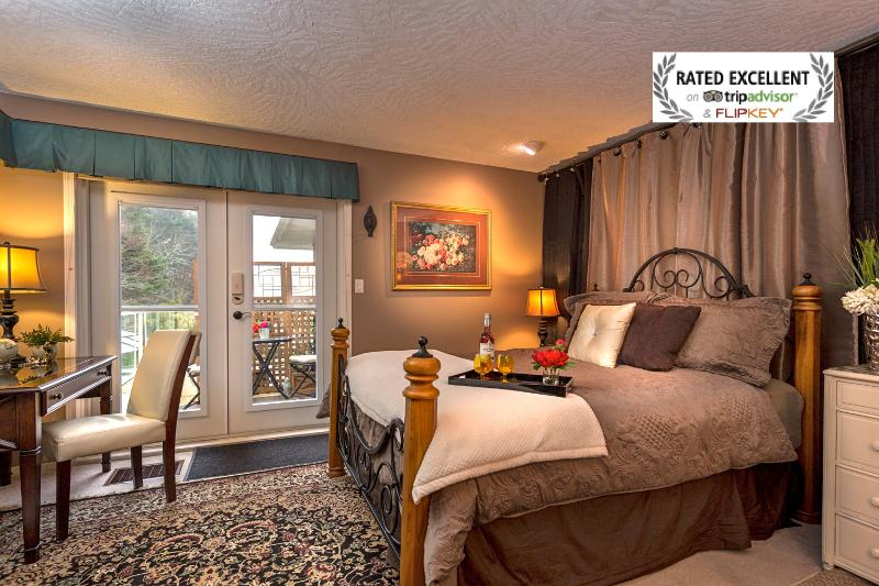 Your room gives you a warm feeling at night as task lighting sets the mood - Lovely Guest Suite-Hot tub nr Ocean/ Forest/Castle - Victoria - rentals