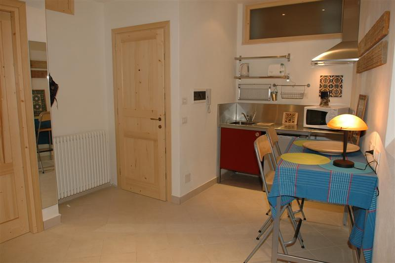 Entrance, kitchenette & dining area - Holiday rental Porlezza - Ground floor (sleeps 2) - Porlezza - rentals