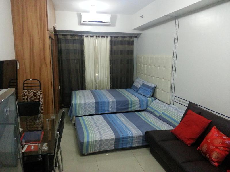 double sized bed with pull out bed and sofa bed - Sea Residences Condo at Mall of Asia Unit 812 - Manila - rentals