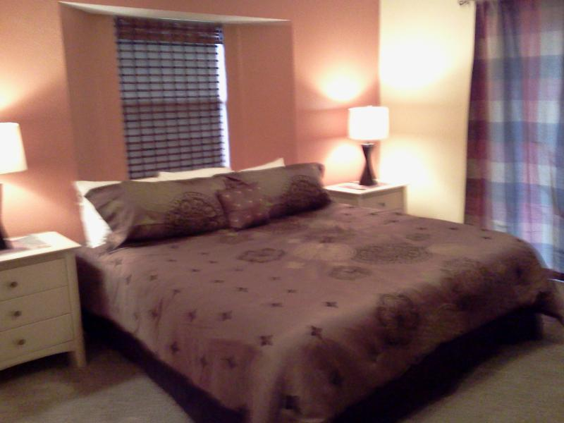 King-size master bedroom - REDUCED RATES!  Walk-in 3 King bedrooms, wi-fi, golf course view, all amenities - Branson - rentals