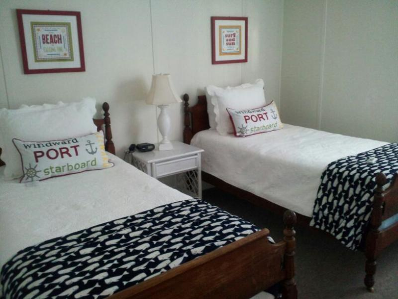 2ND BEDROOM - 2 TWIN BEDS - Great 3 bedroom - sleeps 7-oceanside rental - Surf City - rentals