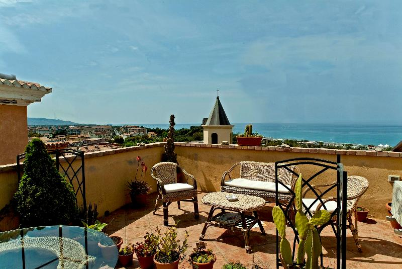 Siamo lieti di mettere a vostra disposizione il nostro B&B Lavinium, sul mare, a Scalea, in Calabria. - Image 1 - Scalea - rentals
