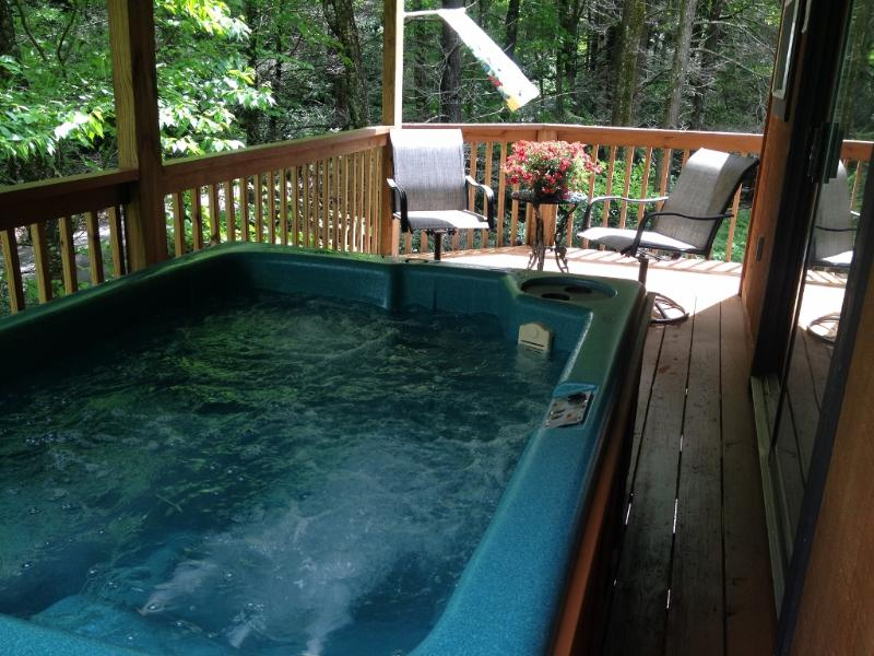 Large lounger Hot Tub on covered deck - HONEYMOON DELUXE,Jacuzzi + Hot Tub, CREEK WIFI, AC - Maggie Valley - rentals