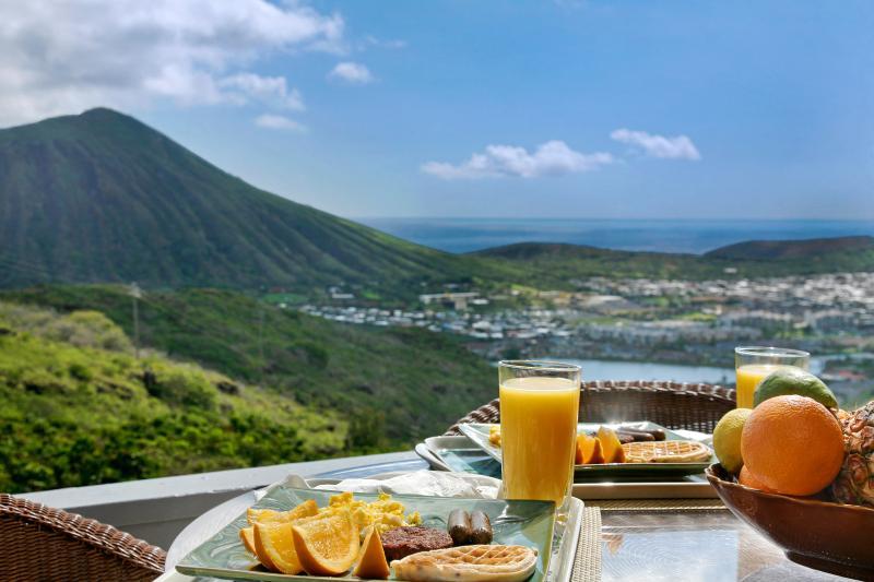 Enjoy your breakfast with spectacular ocean view. - Stunning Ocean View Luxury Duplex Suite - Hawaii Kai - rentals