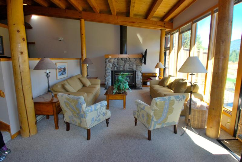 Plenty of seating for your family or group - Views, Free Shuttle, Fireplace, King Bed, Pool! - Keystone - rentals