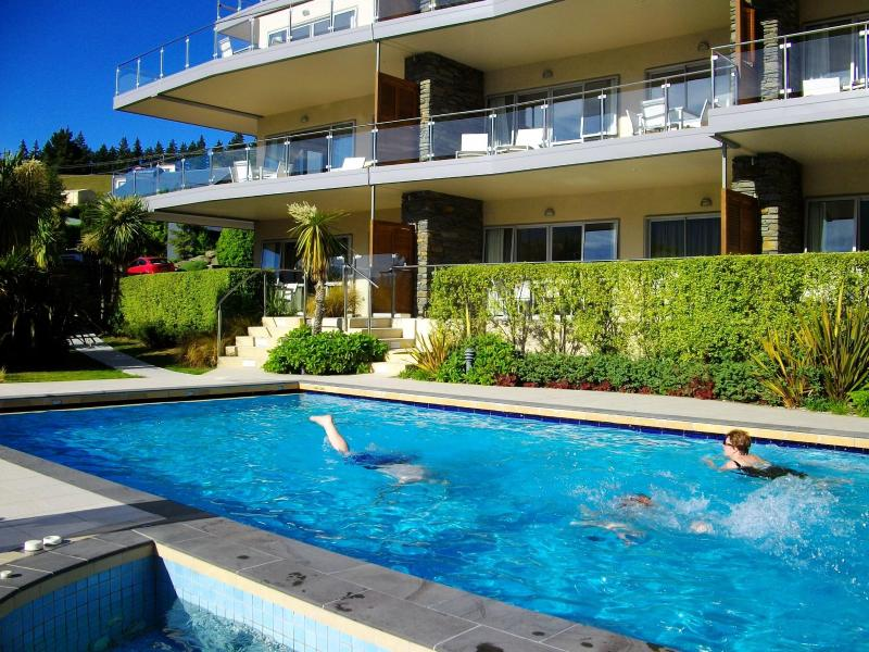 Heated pool and units front - Parkview Town Centre - Wanaka - rentals