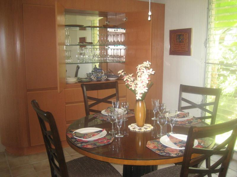 Elegant dining room with built-in cabinets - Elegant condo with gorgeous ocean and golf views - Kailua-Kona - rentals