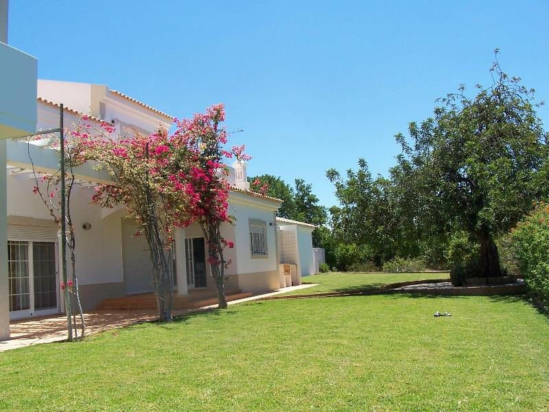 Back lawn (south facing) - Spacious villa in Vilamoura - Vilamoura - rentals