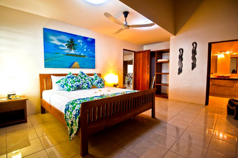 Large King size bedroom with private en suite with outdoor shower/bath facilities. - Surfside Vanuatu, Family Oceanfront Villa - Port Vila - rentals