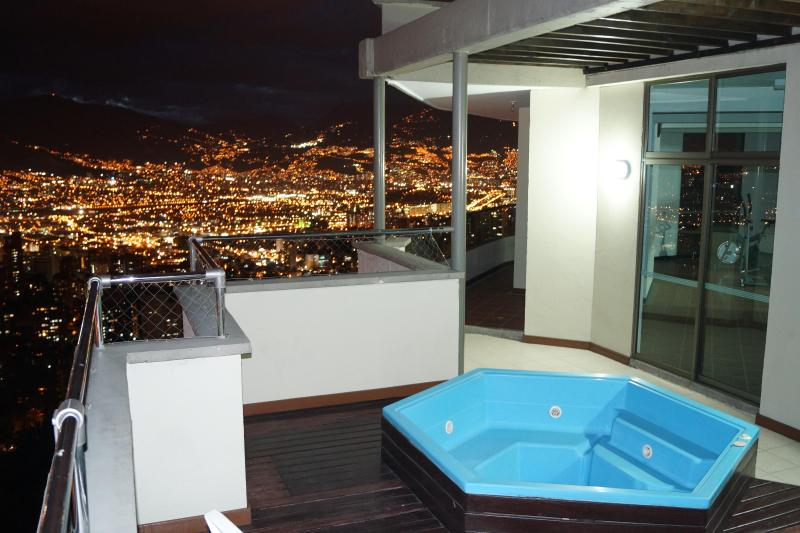 Hot Tub only 2 floors up. This is the common area. Quiet and romantic - Top of the world views near everything-El Poblado - Medellin - rentals