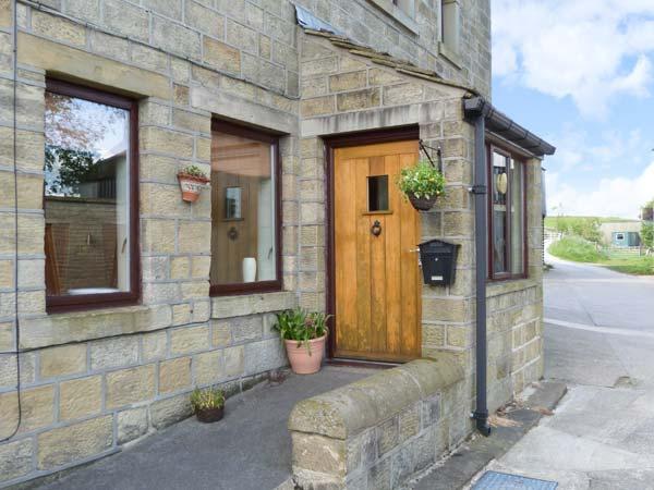 STABLE COTTAGE, pretty views, romantic cottage, en-suite facilities, near - Image 1 - Haworth - rentals