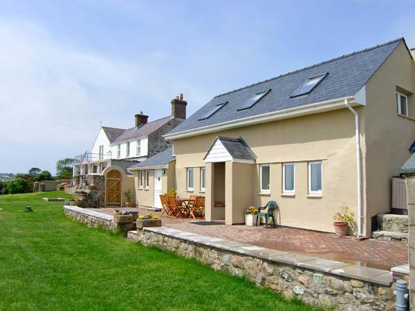 FFERMDY BACH, family-friendly, woodburner, countryside and sea views, near Malltraeth, Ref 23048 - Image 1 - Malltraeth - rentals