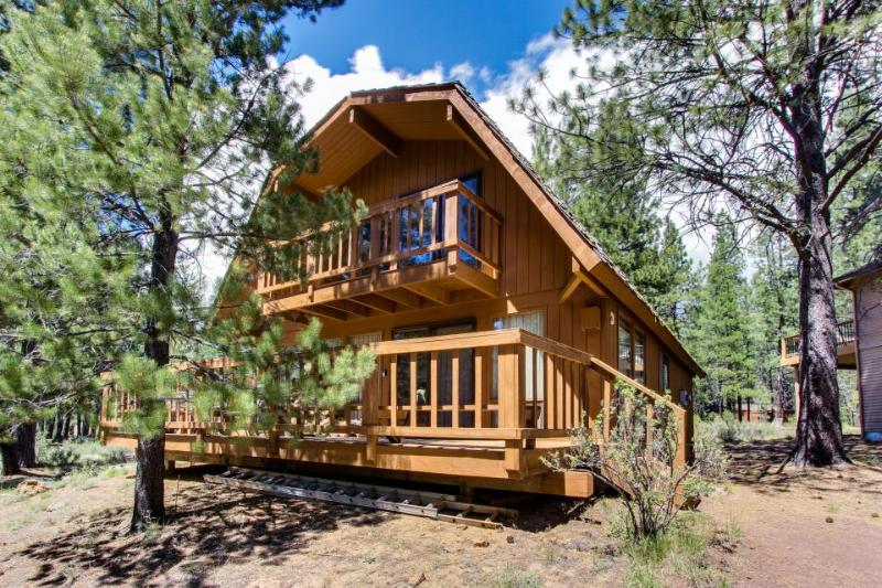 Cozy, dog-friendly cabin with three decks and SHARC passes! - Image 1 - Sunriver - rentals