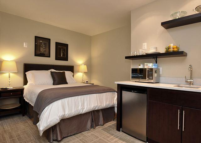 Queen bed, all new linens. kitchenette - DuPont Circle-Adams Morgan, Parking, Kitchenette, Metro 3 blks - Washington DC - rentals