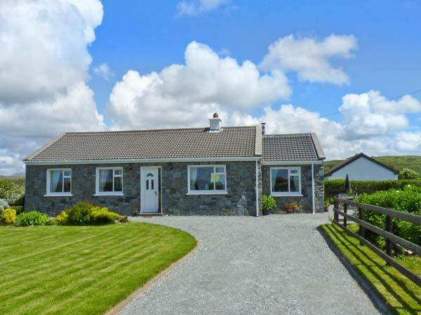 COURHOOR LAKE COTTAGE, open fire and solid-fuel stove, all ground floor, off road parking, in Claddaghduff near Clifden, Ref. 25871 - Image 1 - Claddaghduff - rentals