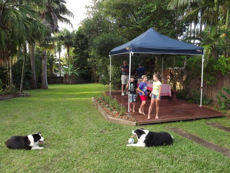 Barbecue area and large fenced yard - Red Ginger Bungalow-pet friendly holiday house.. - Yandina - rentals