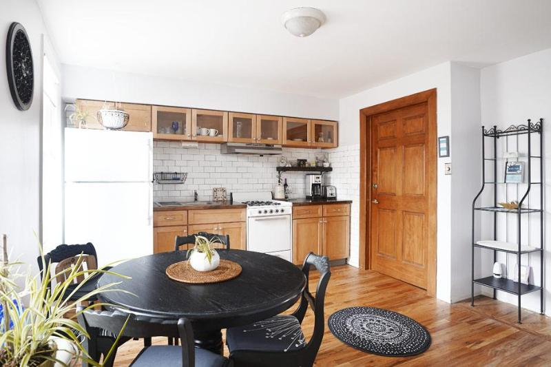 Large eat-in kitchen - Sweet Brooklyn Nook with Deck - 5 min to Manhattan - Brooklyn - rentals