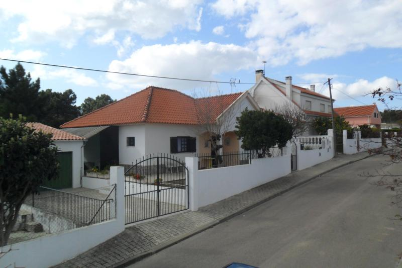 Villa near Lisbon and Caparica in a calm zone. - Image 1 - Almada - rentals