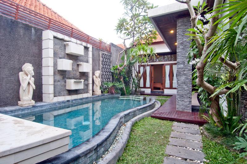 Relaxing Villa Matahari, Kerobokan - Image 1 - Kuta - rentals