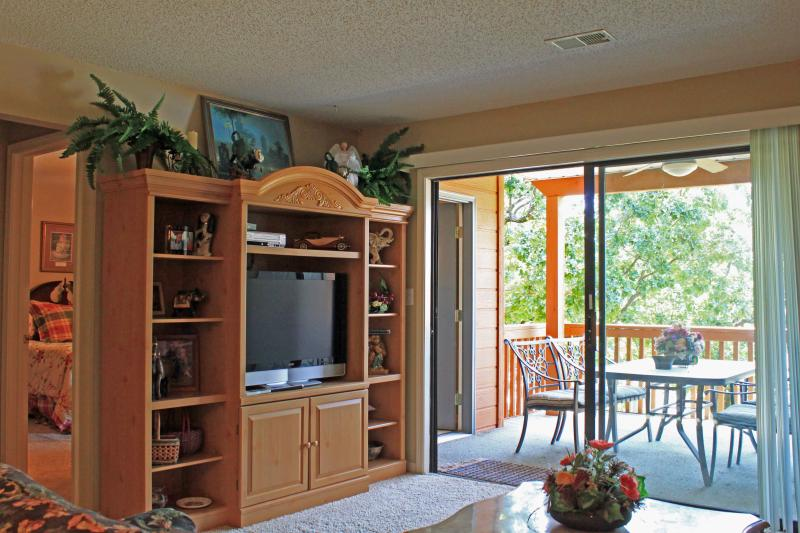 Living Room - Pointe Royale -Golf Lovers- Beautiful Walk-in Condo, Handi Ramp, Wifi, 7th night free - Branson - rentals