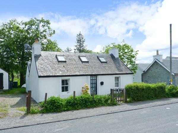 DAISY BRAE, single-storey cottage, close coast, woodburning stove, on Mull, in Salen Ref 25131 - Image 1 - Salen - rentals