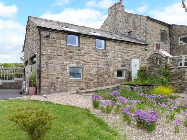 THE LOFT AT STONE CROSS, romantic apartment with wonderful views, walks from door, ideal for Dales or Lakes, Slaidburn, Clitheroe Ref 25969 - Image 1 - Clitheroe - rentals