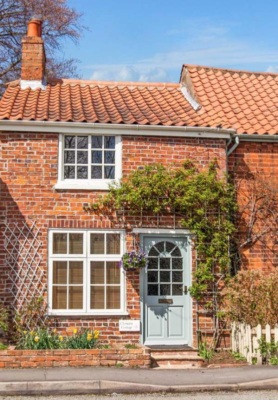 CLEMATIS COTTAGE, character cottage, lawned garden, within walking distance to shop and pub, in Tealby, near Market Rasen, Ref 26457 - Image 1 - Market Rasen - rentals