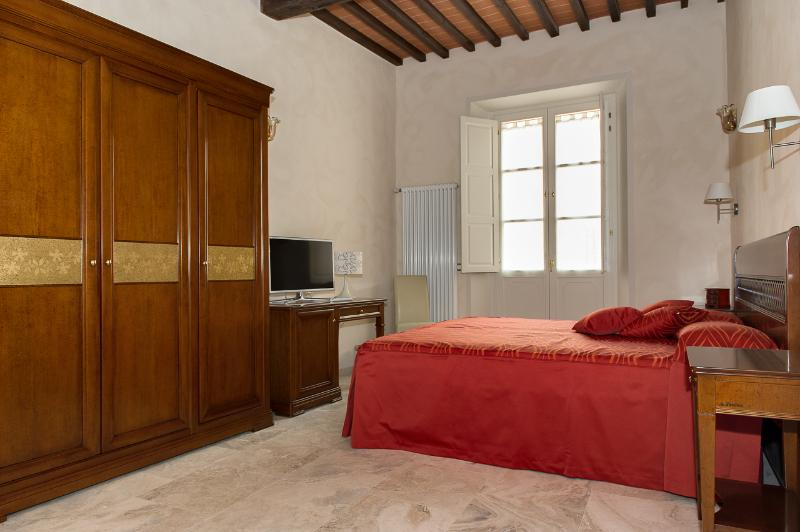 Room 1. Triple room with en-suite bathroom, balcony, SAT smart TV. - Appartament of charme in the old down town - Pisa - rentals