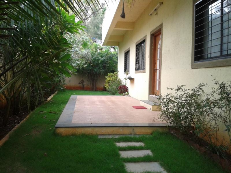 Verandah  /  sitout  /  garden / lawn - Private house with car park - Pune - rentals