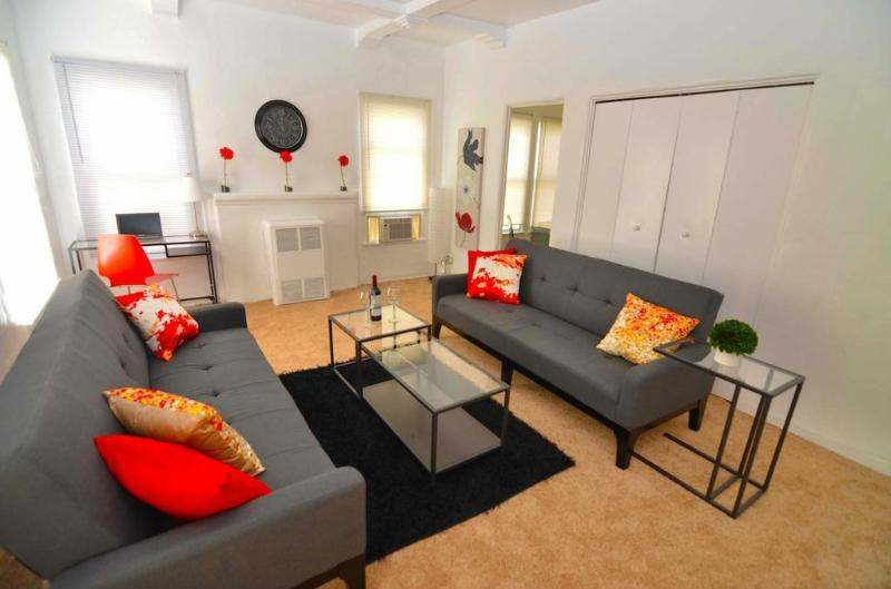 Living Area - Beautiful 1 bed walk to Rodeo &  Bev Drive Sleeps4 - Beverly Hills - rentals