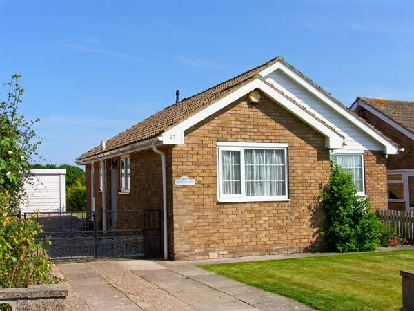 PARK VIEW, single-storey, pet-friendly cottage close to beach, enclosed garden in Filey, Ref 26149 - Image 1 - Filey - rentals