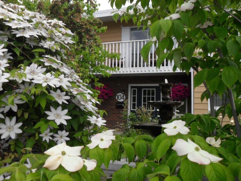 Front door of Orchard Suites - Lilac Suite:1 king bdrm ,kitchenette,wifi,bbq,a/c - Penticton - rentals