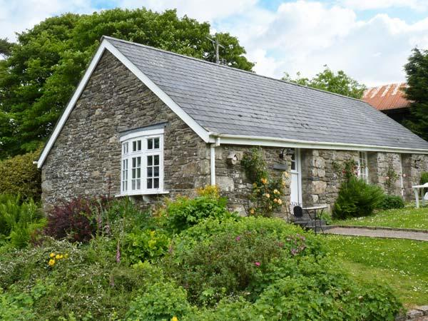 THE OLD STABLE, single-storey cottage on country estate, games room, close to - Image 1 - Camelford - rentals