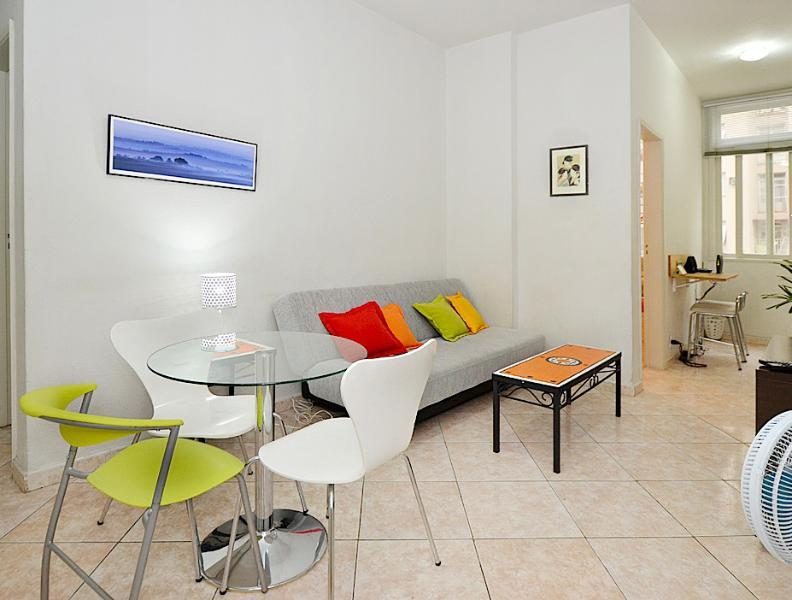 Wide view of the living/dining, showing the wi-fi station - - ARTIST's 2BR MINIMALIST FLAT IN RIO DE JANEIRO - Rio de Janeiro - rentals