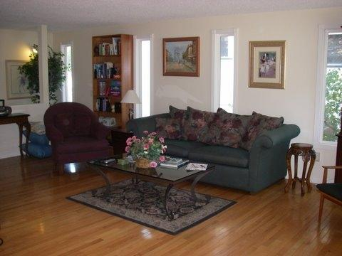 Living Room - Downtown Hood River 2BR/1B House Upper Unit - Hood River - rentals