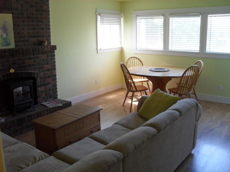 Living and dining room - Silver Birch 1 king bdrm Suite w dbl jacuzzi,kit - Penticton - rentals
