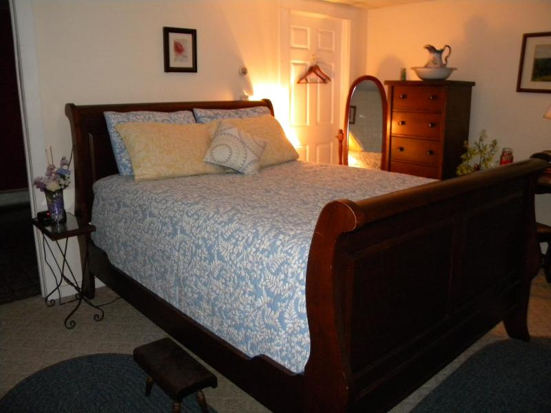 Ultra Romantic and Plush Queen Sleigh Bed - Rose and Goat Retreat - Mountain View Apartment - Florida - rentals