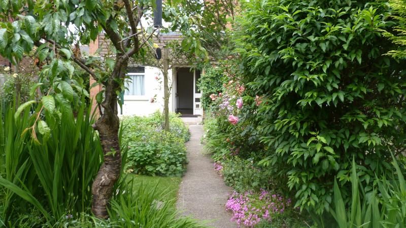 Front garden - HEREFORD CITY CENTRE BED & BREAKFAST - Hereford - rentals