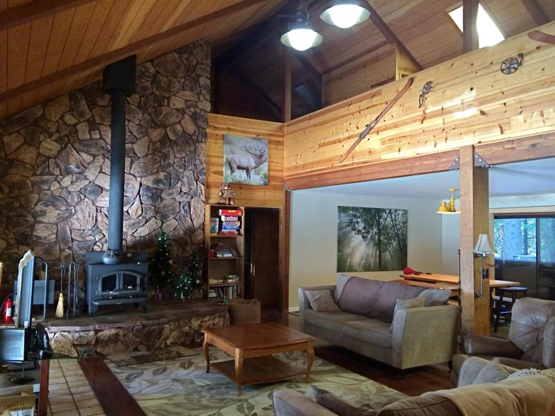Entrance into the Great Room - open living room, kitchen and dining room - Spacious Mountain Home to Host Large Family/Group - Arnold - rentals